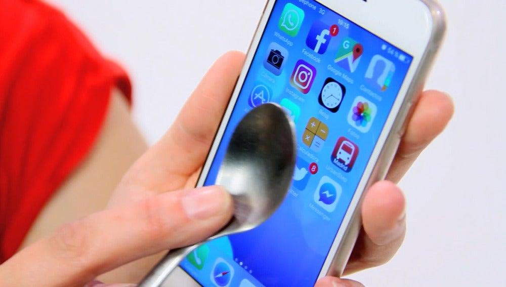 ¿Por qué la pantalla del móvil sólo funciona con el dedo?