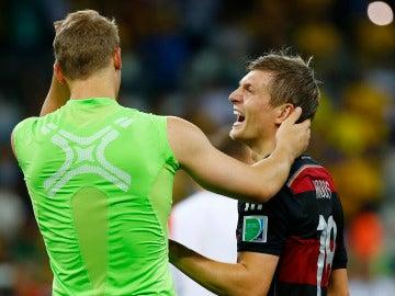 Toni Kroos se ríe junto a Neuer