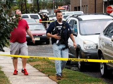 Oficiales de policía trabajan en la escena de un tiroteo