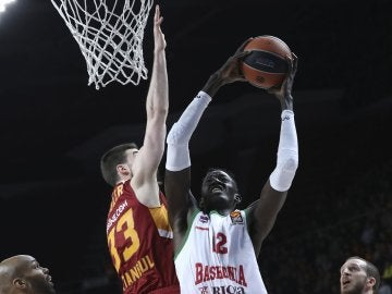 Ilimane Diop intenta anotar ante la defensa de Jon Diebler