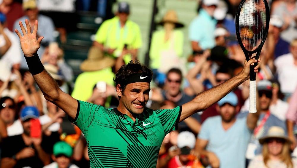 Roger Federer celebra la victoria ante Berdych
