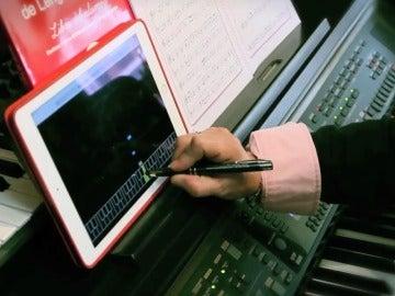 Enfrentamos el piano de Google con una profesora de música