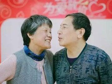Xin Yue posa sonriente junto a su esposa