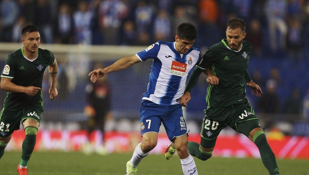 Gerard Moreno intenta proteger el balón ante Pezzella