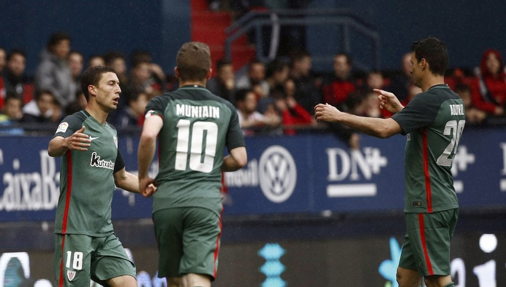 Aduriz celebra su gol contra el Eibar junto a sus compañeros del Athletic