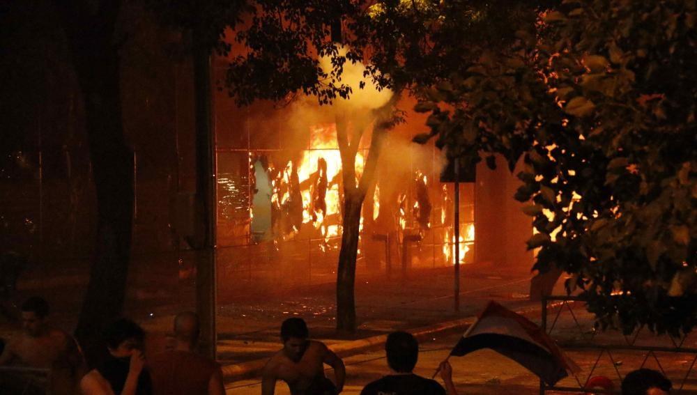 Manifestantes encienden una barricada frente al Congreso Nacional de Paraguay