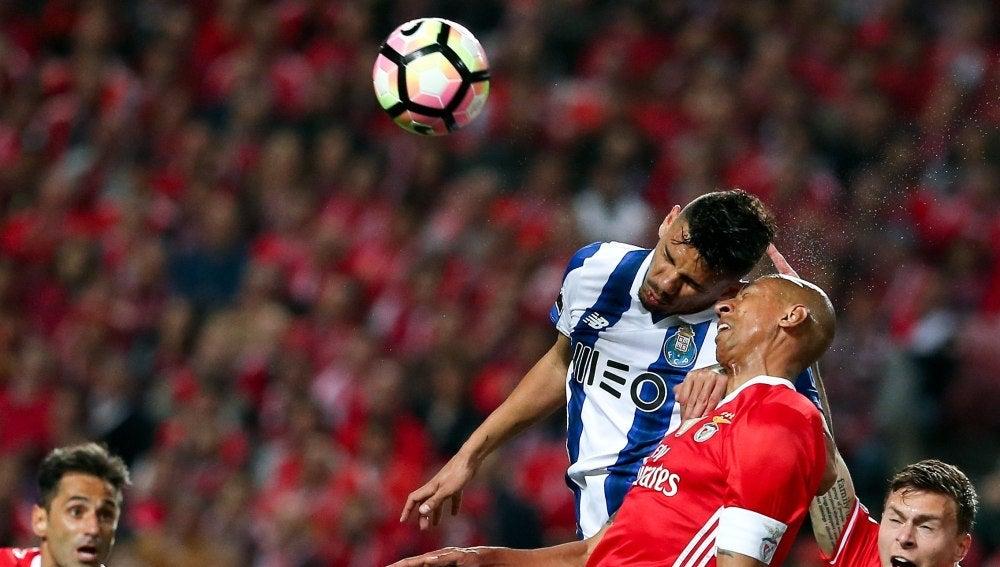 Luisao y Soares disputan el balón por alto en el Benfica - Oporto