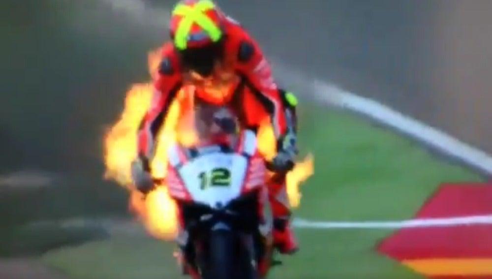 La moto de Xavi Forés, en llamas