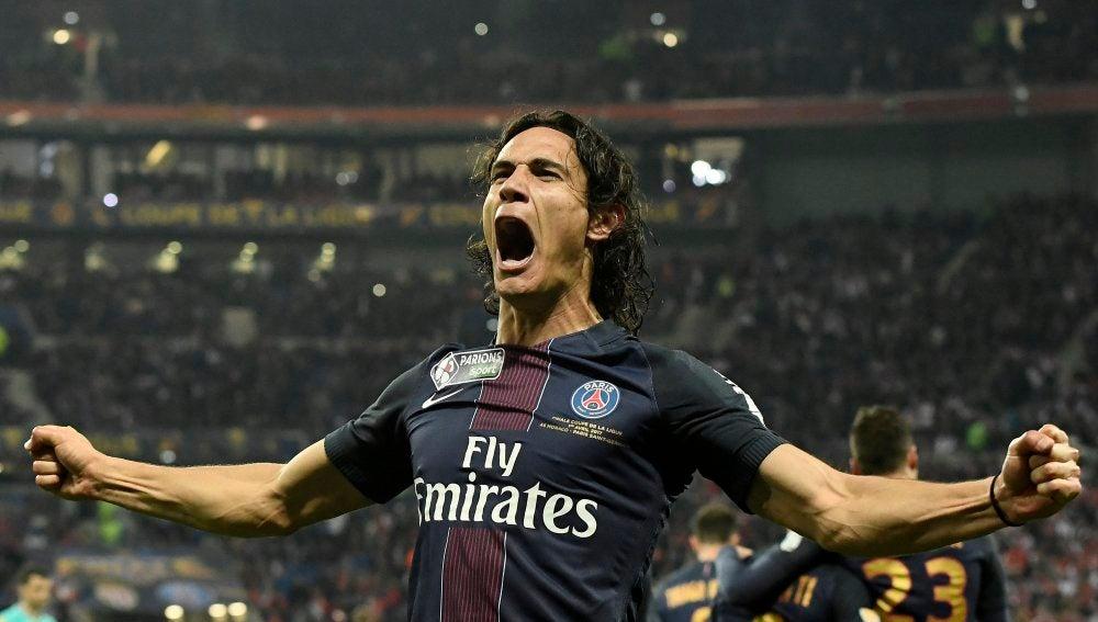 Cavani celebrando uno de los goles
