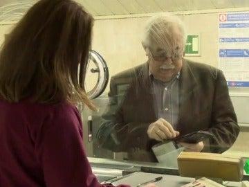 Cliente comprando un billete en la ventanilla de Metro de Madrid
