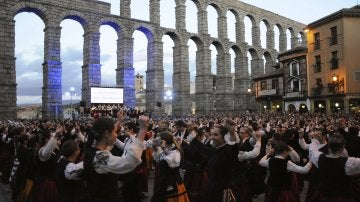 Un total de 766 personas ataviadas con el traje regional segoviano en el momento en que bailan para lograr el Guinness de parejas bailando la jota