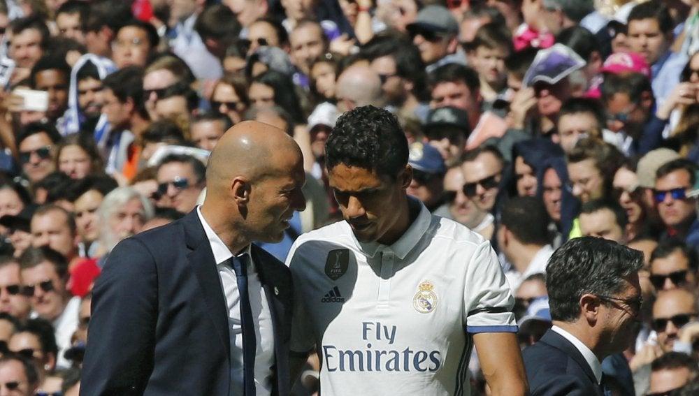Varane hablando con Zidane tras ser cambiado por Carvajal