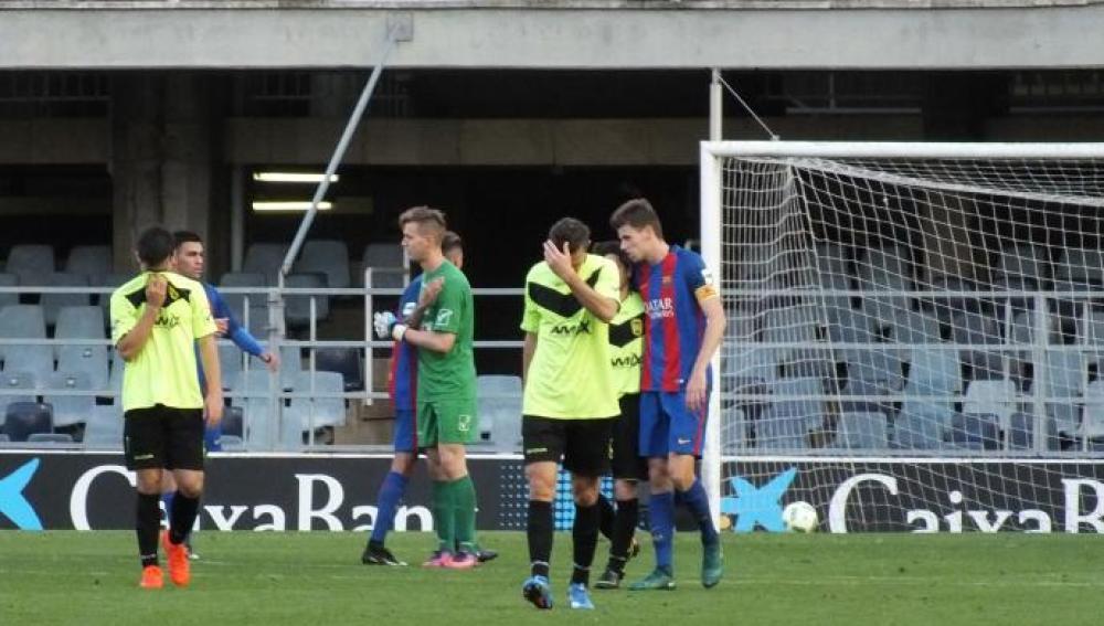 Los jugadores del Eldense tras recibir la humillante derrota ante el Barcelona B.