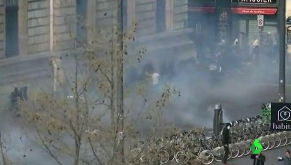 Manifestantes arrojan petardos en París en protesta contra la brutalidad policial