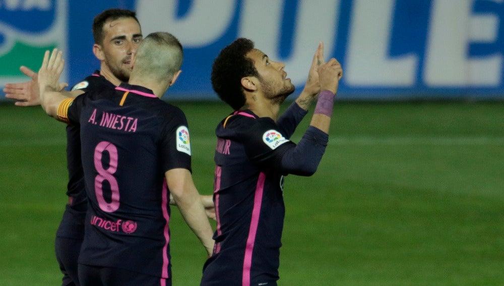 Neymar festeja su tanto número 100 con la camiseta del Barcelona
