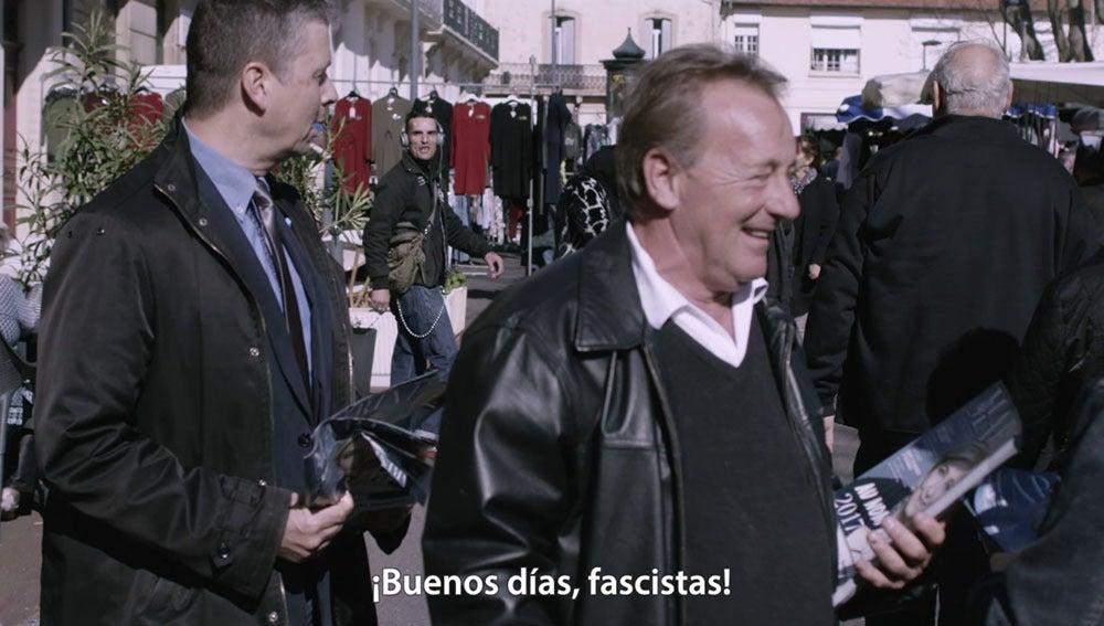 Simpatizantes de Le Pen en un mercado de Francia
