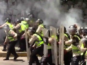 Oleada de disturbios en Caracas entre la Policía y manifestantes de la oposición