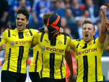 Aubameyang celebra su gol ante el Schalke con la polémica máscara