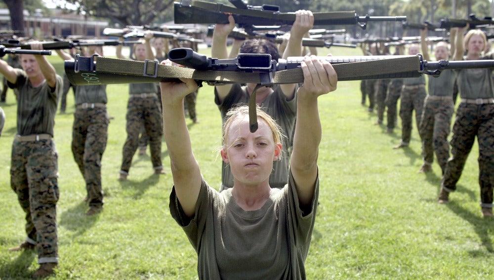 Una mujer en los marines de los EE UU