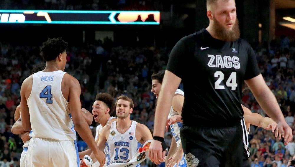 Los jugadores de North Carolina celebran la victoria