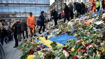 Flores, mensajes y banderas en el lugar en el que un hombre arrolló con un camión a varias personas en la principal calle de Estocolmo el pasado viernes.