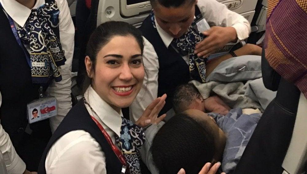 Los tripulantes junto a la madre y el bebé
