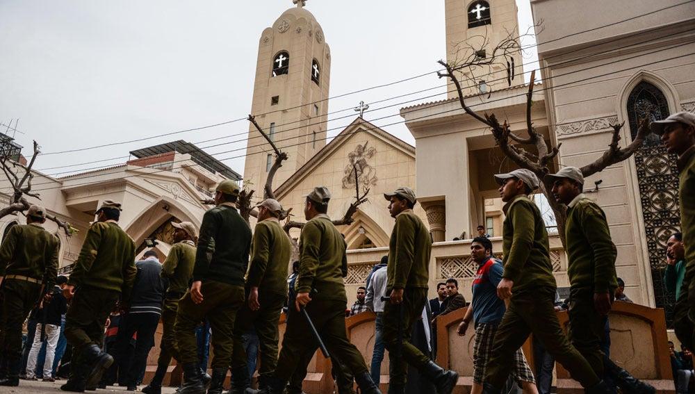 Fuerzas de policía en la iglesia de San Jorge, tras la explosión de una bomba, en Tanta