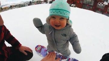 Sloan, la niña que hace snowboard con un año