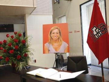 Libro de condolencias, un ramo de flores y un retrato de Carme Chacón en la sede del PSOE