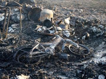 Restos incendiados del campamento de refugiados de Grande-Synthe
