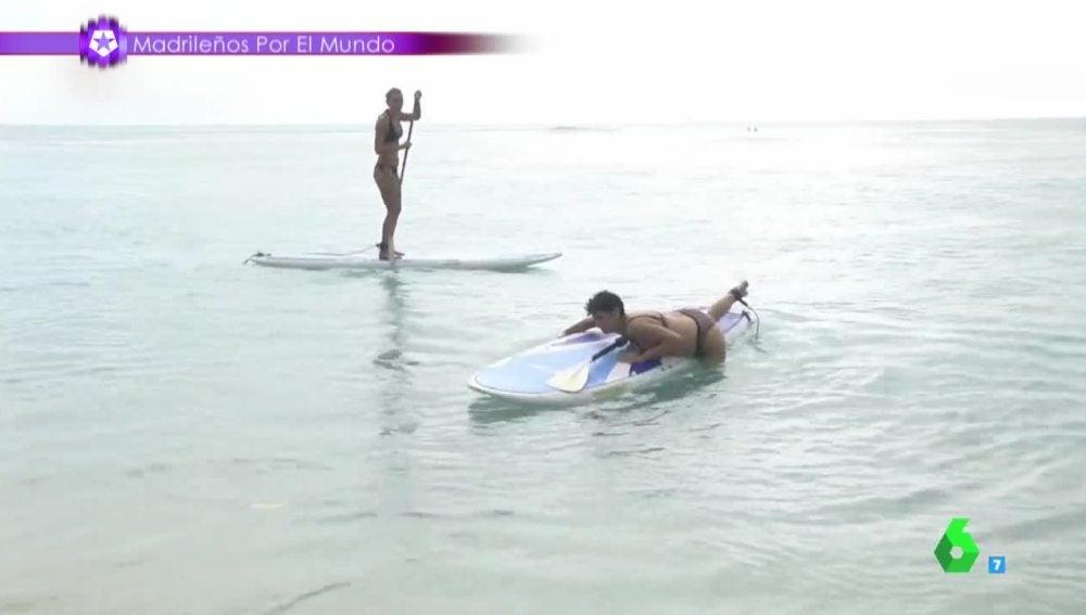 Una reportera haciendo surf