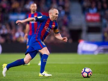 Andrés Iniesta controlando un balón
