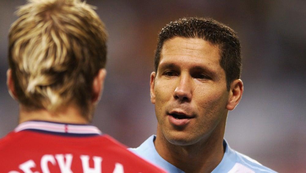 Simeone saluda a Beckham durante un Argentina - Inglaterra