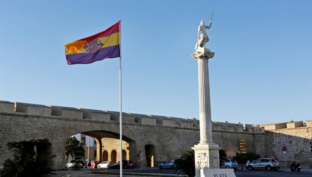 La bandera republicana izada en Cádiz