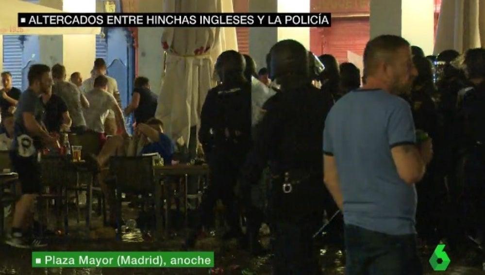 Hinchas del Leicester se enfrentan a agentes de policía en el centro de Madrid