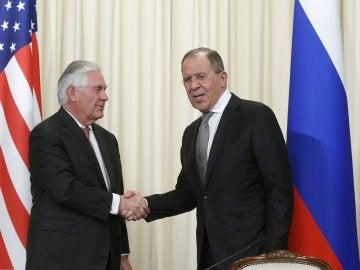 El ministro ruso de Exteriores, Serguéi Lavrov, estrecha la mano del secretario de Estado de EEUU, Rex Tillerson