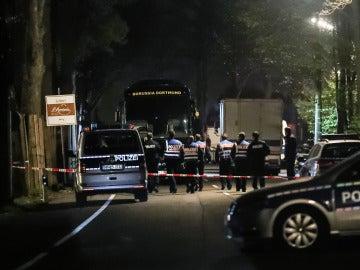 El autobús del Borussia Dortmund, acordonado por la policía alemana