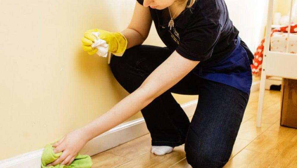 Una mujer desempeñando las tareas del hogar