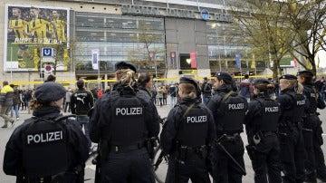 Policías en el estadio Signal Iduna Park