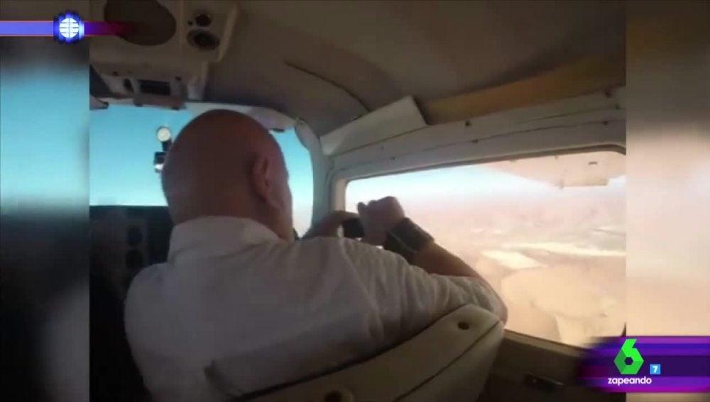 Pasajero en una avioneta