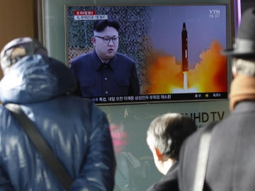 Una televisión informa sobre Pyongyang (Archivo)
