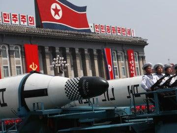 Pyongyang exhibe un posible nuevo misil de largo alcance en un desfile militar