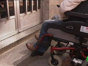 Ascensores estrechos o telefonillos muy altos, algunos de los problemas que encuentran las personas con movilidad reducida que quieren alquilar