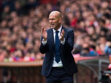 Zidane anima a su equipo en la banda del Calderón