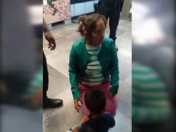 Madre e hijo acompañados por la policía