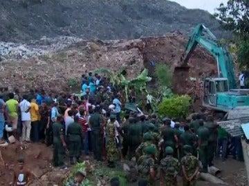 Al menos 19 muertos por el derrumbe de toneladas de basura en Sri Lanka