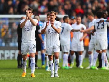 Los jugadores de Leicester agradecen el apoyo a sus aficionados en el campo del Crystal Palace