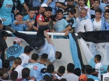 Aficionado arrojado grada abajo en el estadio Mario Alberto Kempes