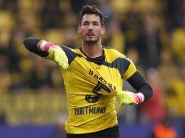 Roman Bürki calienta con una camiseta en apoyo a Bartra