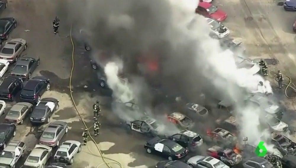 Aparatoso incendio en un aparcamiento de California, en Estados Unidos